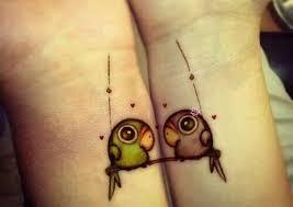 tatuajes emparejados en antebrazos loros