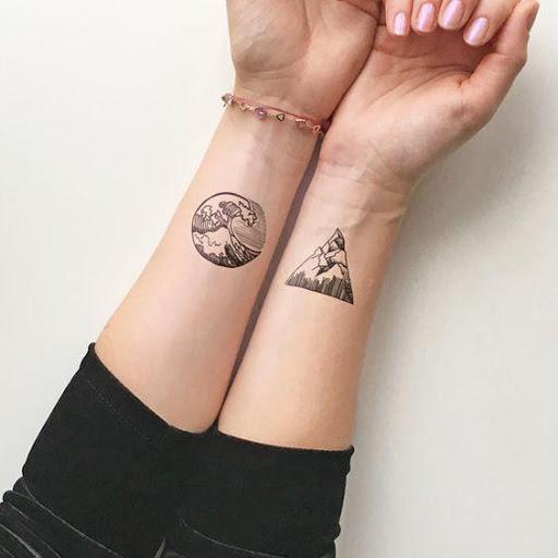 tatuajes emparejados en antebrazos sobre la naturaleza y la tierra