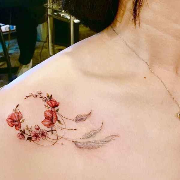 tatuajes y sus significados atrapa sueños en hombro mujer