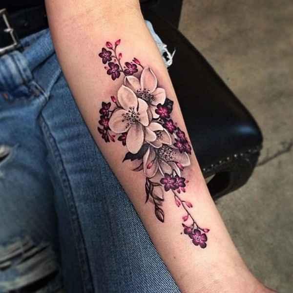 tatuajes y sus significados flores en brazo mujer