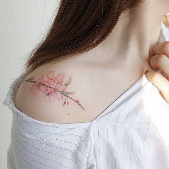 zona de tatuajes para mujeres flor en hombro