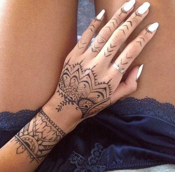 zona de tatuajes para mujeres mano flor abstracta tatuajes polinesios