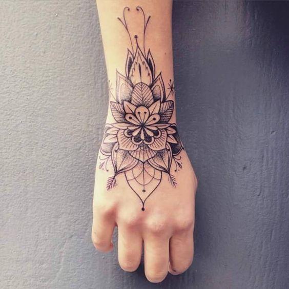 zona de tatuajes para mujeres mano flor abstracta