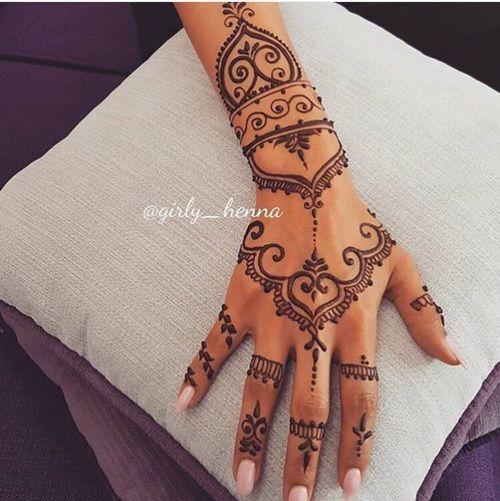 zona de tatuajes para mujeres mano motivos geometricos